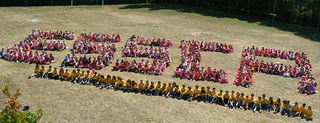 Etudiants formant le sigle ESSCA - Grande Ecole de Management